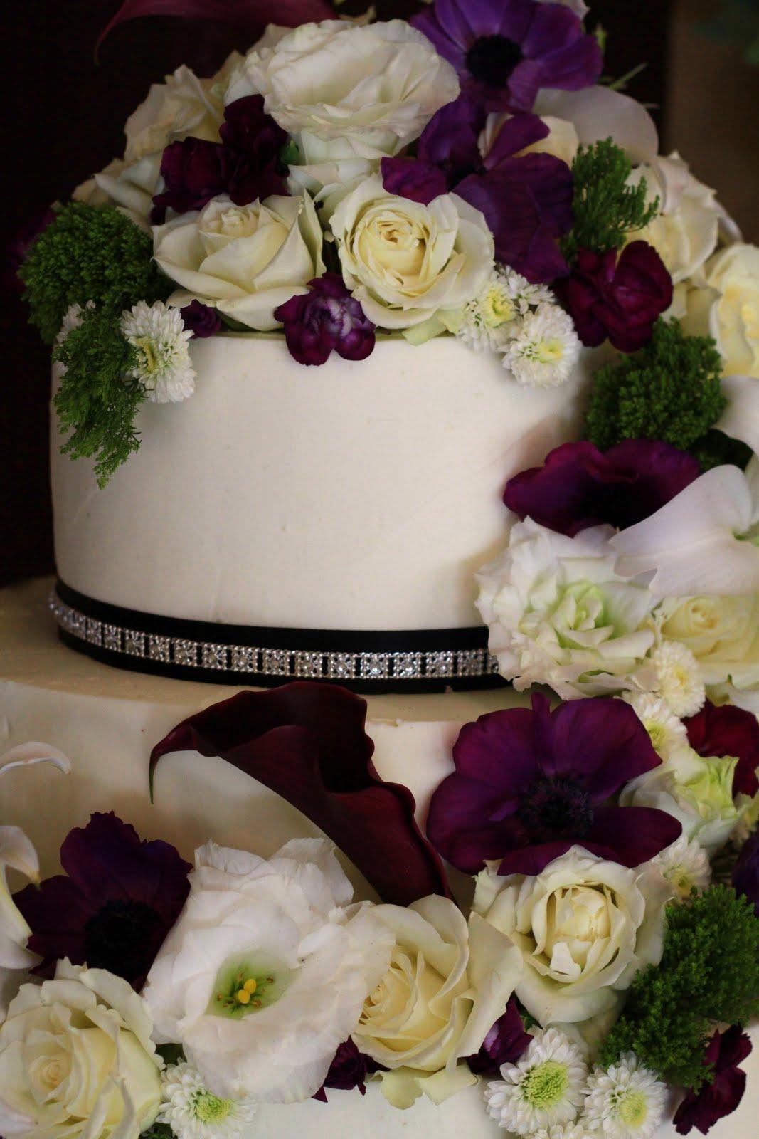 Exquisite Cookies: 3 Tier wedding cake with fresh flowers