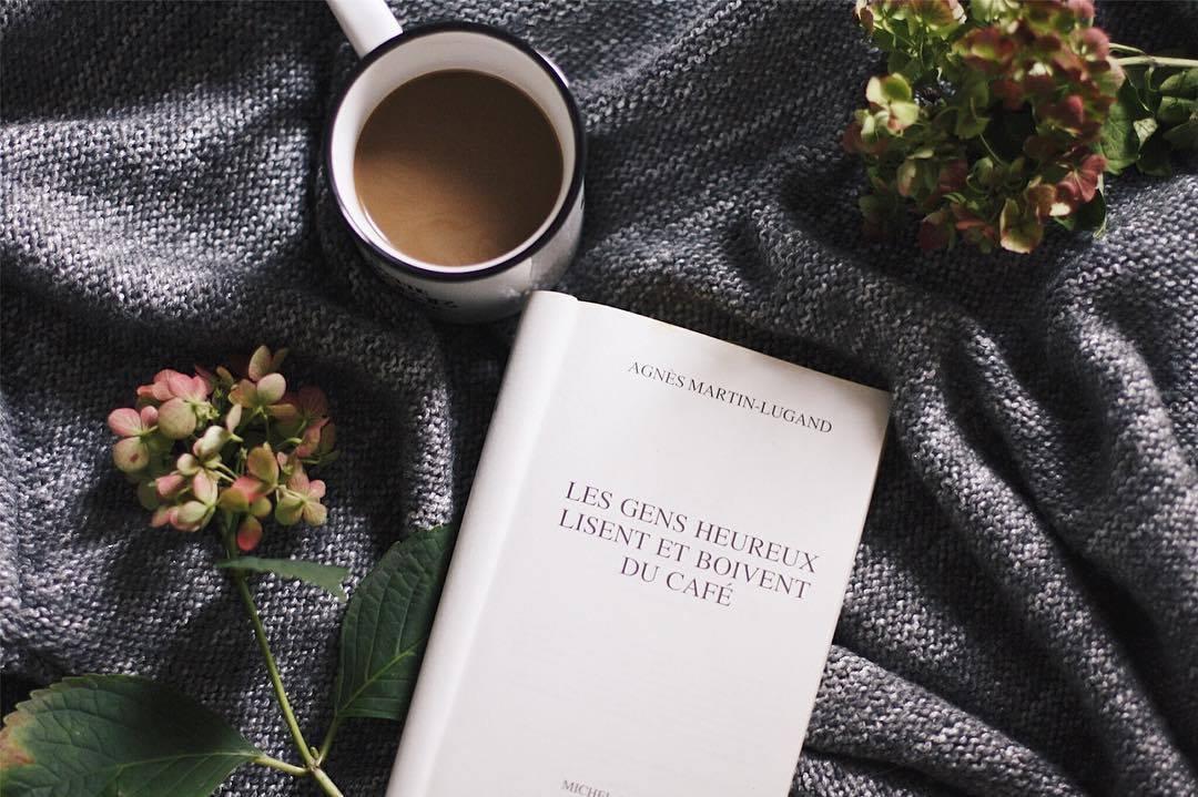 flatlay café livre les gens heureux lisent et boivent du café