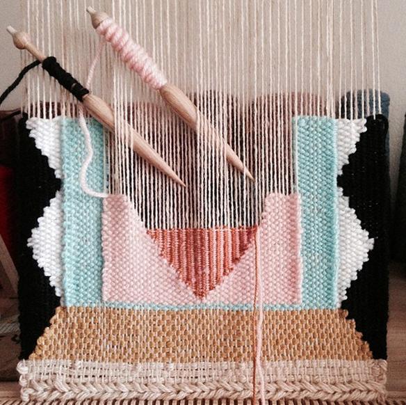 tejiendo un telar con bobinas