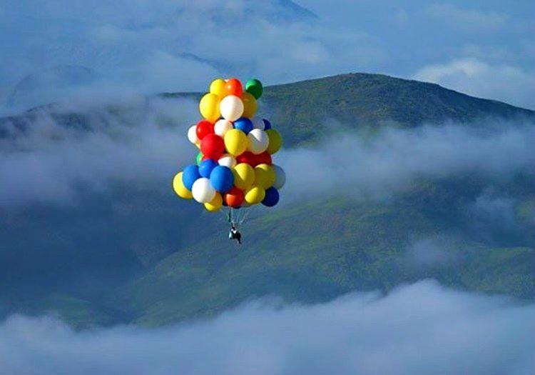 Uçan balonla uçmak uzun zamandır düşlediği bir hayaldi, bu hayali nihayet gerçek olmuştu.