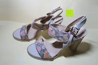 seitlich: Alexis Leroy Blockabsatz Blume gedruckt Damen Offene Sandalen mit Keilabsatz