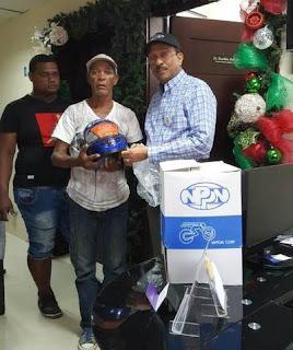 Dr. Franklin Peña dona cascos a motoconchos de San Pedro de Macoris para colaborar con su seguridad.