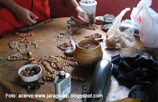 Fabricação de artesanato na Tekoa Ytu, em 2008.