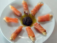 salmón ahumado con espárrago blanco y salsa de aceitunas