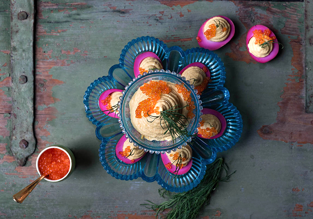 Pinke gefüllte  Eier mit Meerrettichcreme und Forellenkaviar - Devilled Eggs