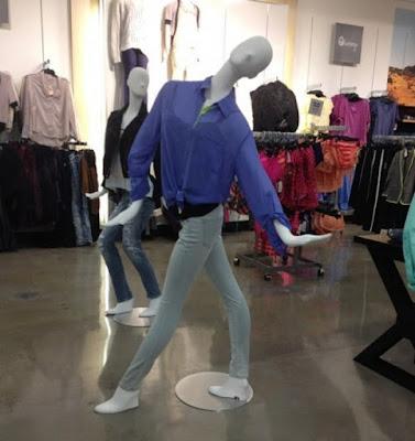 12 Model Patung Manekin Paling Nyeleneh Ini Kocak Banget, Bikin Gigit Jari