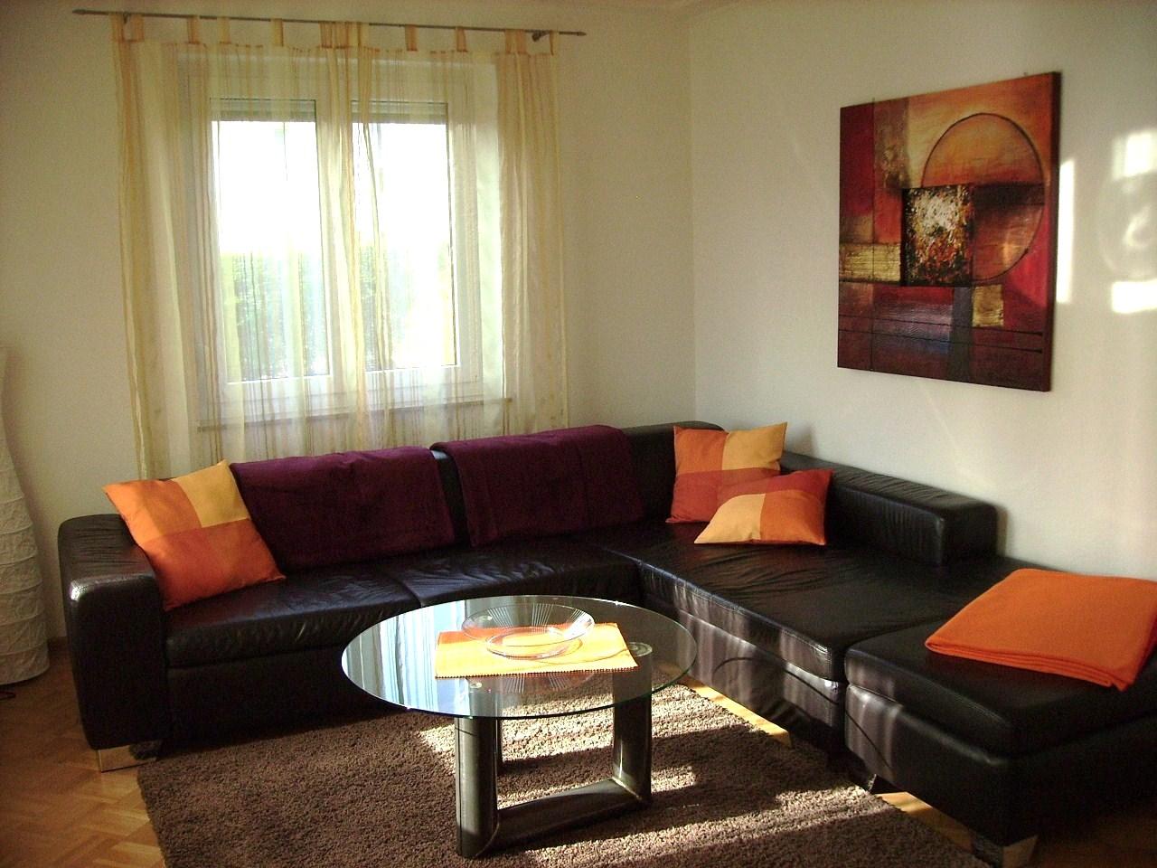 Die Anordnung Der Leuchten Wandbehnge Und Sofas Spielt Auch Eine Entscheidende Rolle Fr Das Modell Minimalistischen Wohnzimmer