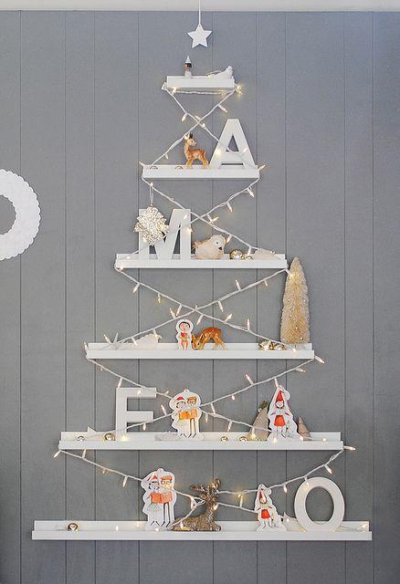 Árbol de Navidad hecho con estanterías para decorar el cuarto de los niños