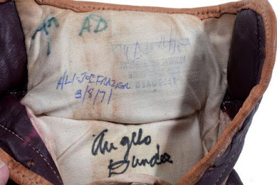 Sarung tinju Muhammad Ali dilelong