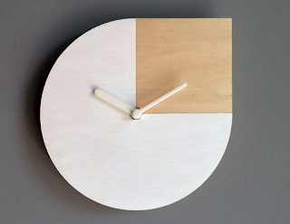 Jam dinding ruang tamu minimalis dari kayu sederhana