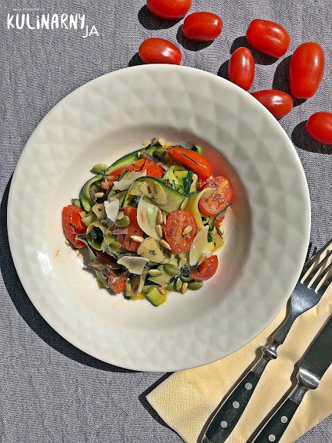 Cukiniowe tagliatelle z pomidorami