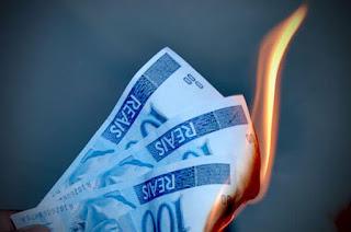 Simulação de dinheiro sendo queimado pela política de investimentos em blogs de esquerda no Brasil.
