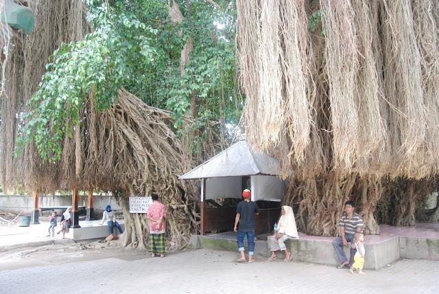 Berwisata Religi di Makam Loang Baloq Lombok