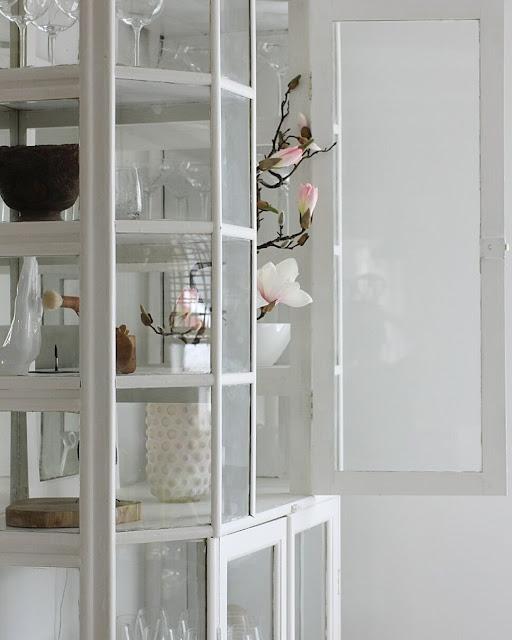 annelies design, webbutik, webbutiekr, webshop, nätbutik, magnolia, konstgjorda, blomma, blommor, vitrinskåp, medicinskåp, skåp, möbler, kök, köket,