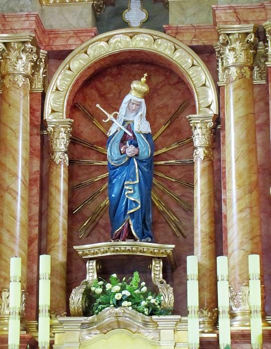 Figura Madonny w ołtarzu głównym w Sanktuarium na Kościelcu.