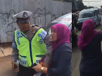 Viral! Tak Terima Ditilang, Wanita Ini Malah Ngamuk Pada Polisi