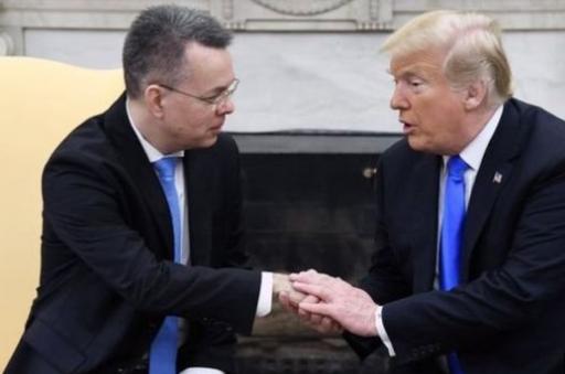 ترامب يلتقي الكاهن الأمريكي الذي اطلقت تركيا سراحه امس.