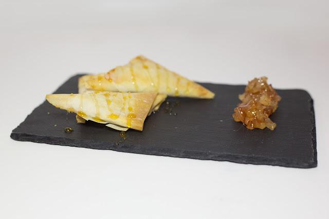 Triángulos de pera y requesón