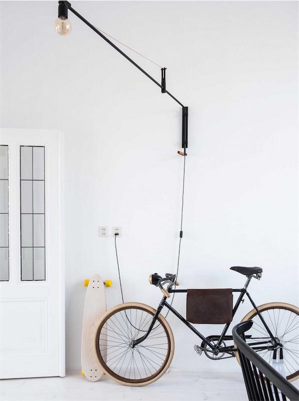 flexo industrial junto a bicicleta antigua en el salon chicanddeco