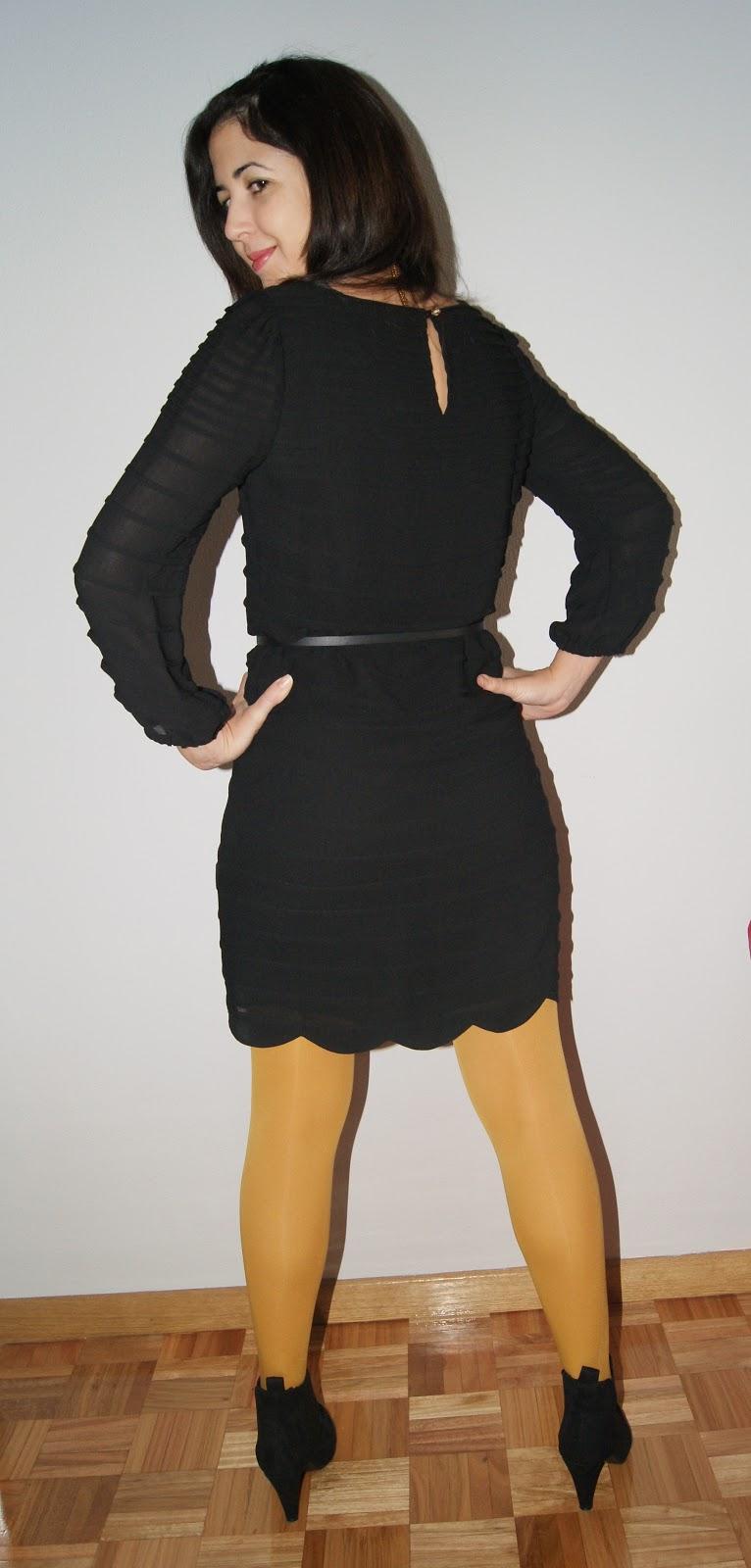 Outfit vestido negro con medias