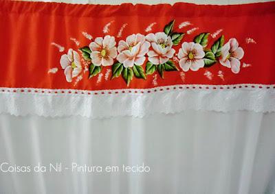 cortina de voil com bando vermelho com pintura de papoulas brancas