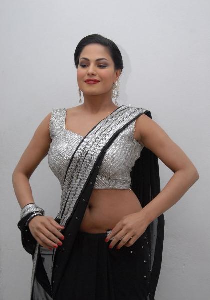Splendid and foxy hot veena malik latest awesome black saree photos