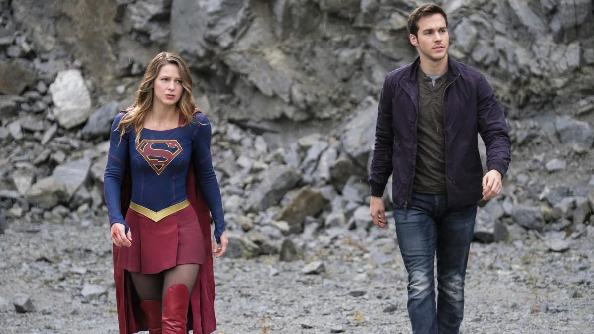 Supergirl y Mon-El trabajando juntos