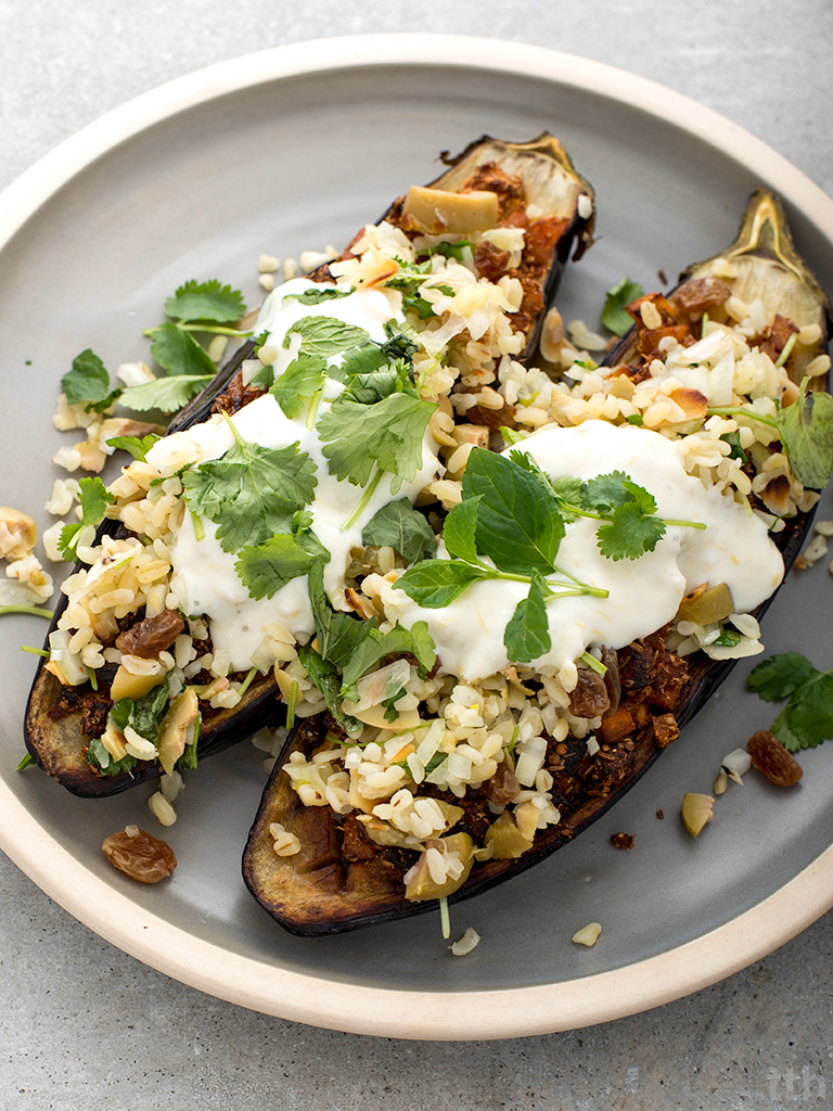 Pieczone bakłażany z chermoulą, bulgurem i jogurtem sojowym wegańskie blog kulinarny roślinny