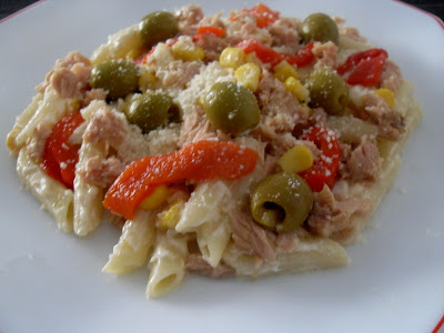 Macarrones con atun, mayonesa, aceitunas, maíz, pimiento asado