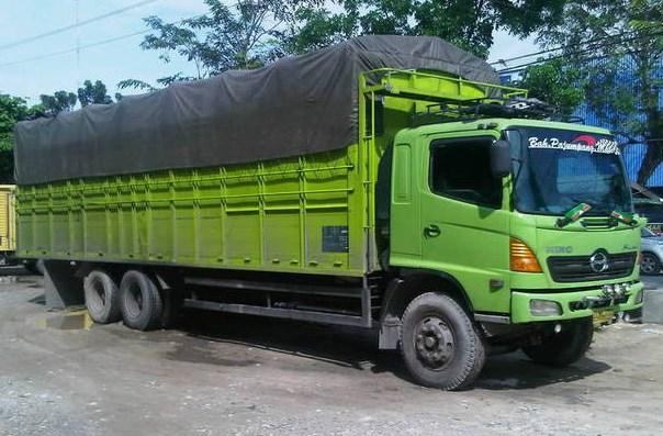 gambar truk tronton hino hijau