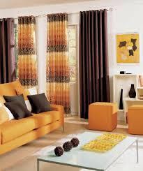 sala color naranja y marrón