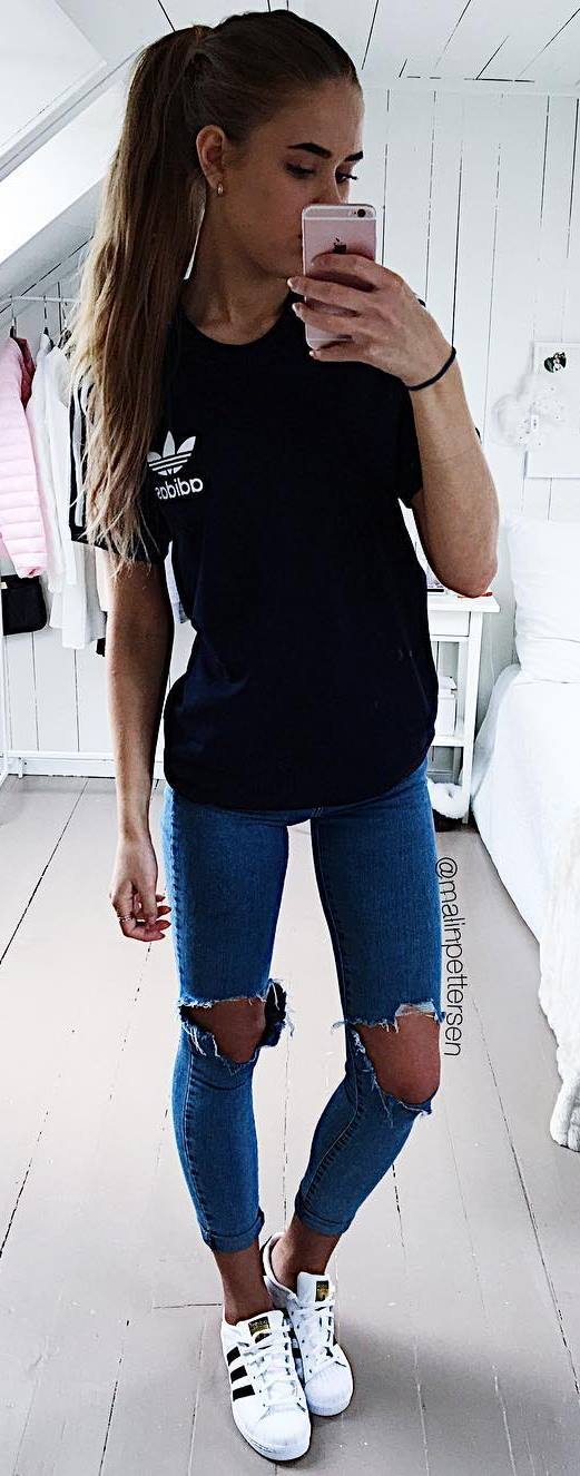 simple outfit idea: t-shirt + rips + sneakers