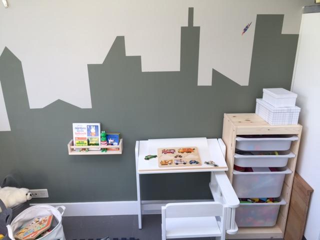 Studio Mojo, speelhoek, Gemaakt/ DIY, DIY, speeltent, Ikea, Kwantum, krijtbordje, skyline muur, vliegtuig slinger, zelf een speelhoek maken, inklapbaar bureau, speelmatrasje, speelmatras, Geshopt,