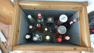 Photo de l'intérieur du mini bar rempli.