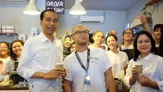 Karyawan Terkejut Jokowi Bersama Keluarga Mampir Minum 'Kopi Susu Tetangga'