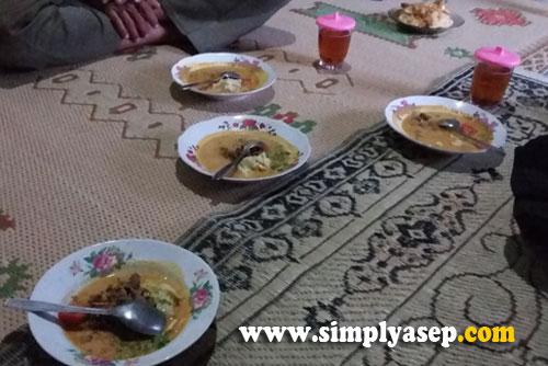 BERAT : Karena waktunya singkat hingga Iqamah, jadi begitu Adzan Magrib tanda waktu berbuka berkumandang, para tamu langsung gabruk hidangan utama.  Nasi Putih dan Tongseng. Foto Asep Haryono
