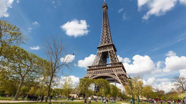 Menara Eiffel di Paris Perancis
