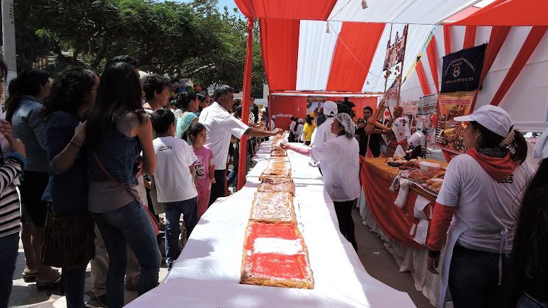 Pastel más grande de cumpleaños al Perú - FEXTICUM Monsefú - Fiestas Patrias