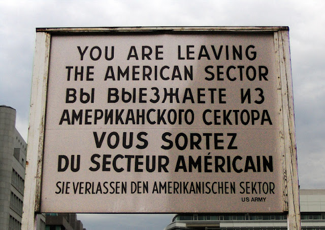 Placa do Checkpoint Charlie em Berlim