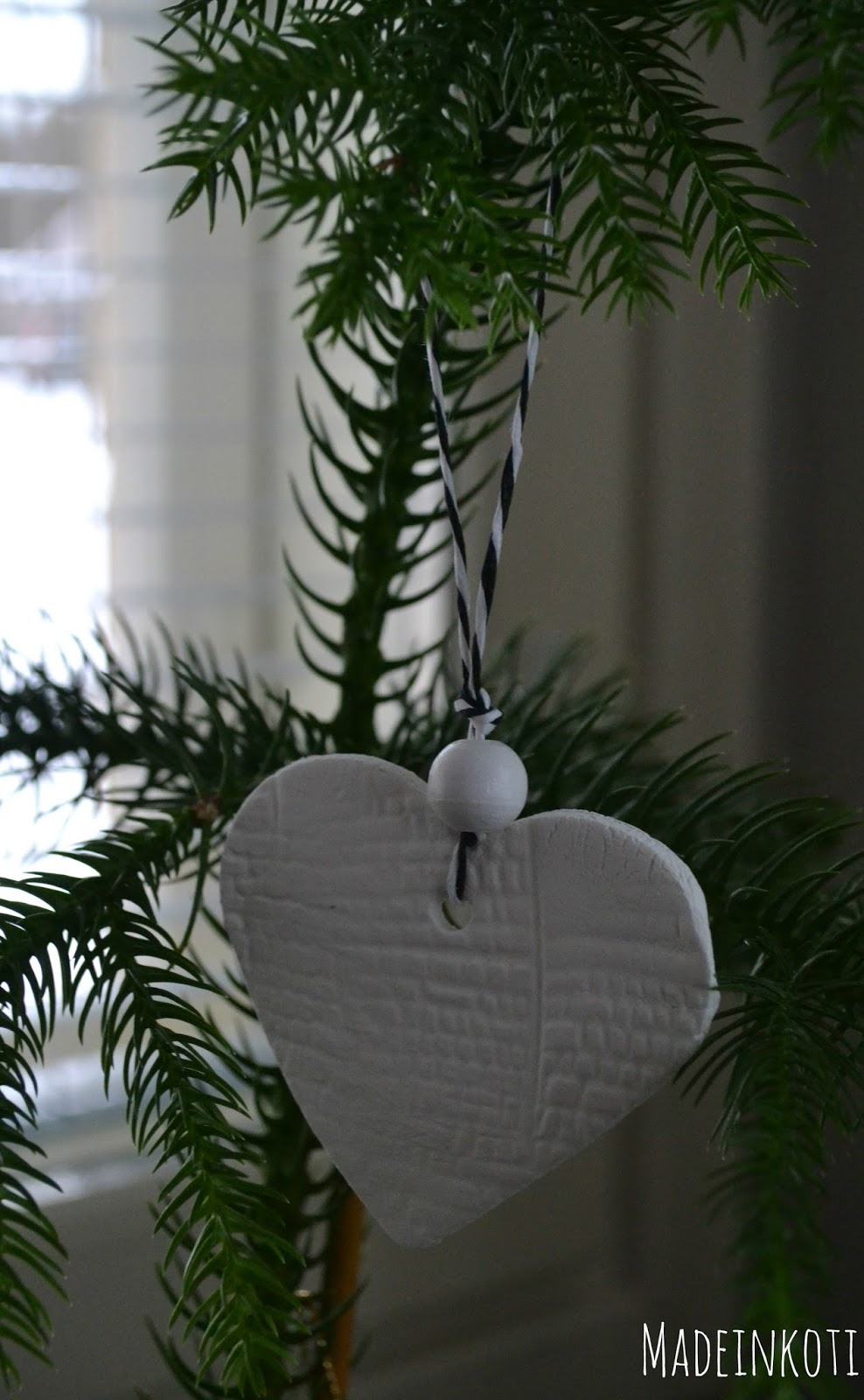 Tuuhea ja näyttävä joulukuusi on kodin sydän joulun aikaan.
