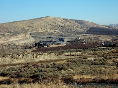 Reading the washington landscape clastic dikes at badger for Landscaping rocks yakima