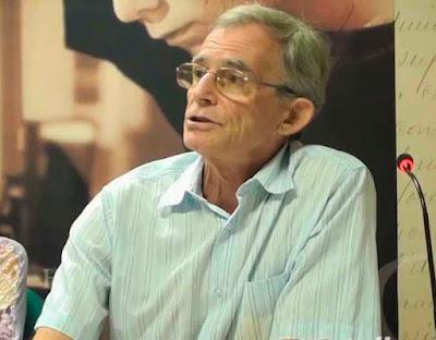 """Luiz Busatto, em palestra pública ocorrida na Biblioteca Pública do ES em 29 de novembro de 2012, fala de seu livro """"Vida pequena"""", publicado no projeto NOSSO LIVRO."""