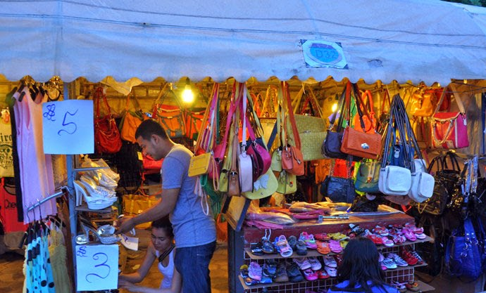 Quầy giầy dép túi xách tại chợ đêm phnompenh