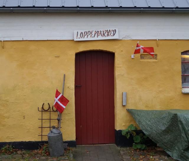 Tornby: Ein idyllisches Ausflugsziel in Nord-Dänemark. Ein Flohmarkt befindet sich in einem ehemaligen Stall des Hofes.