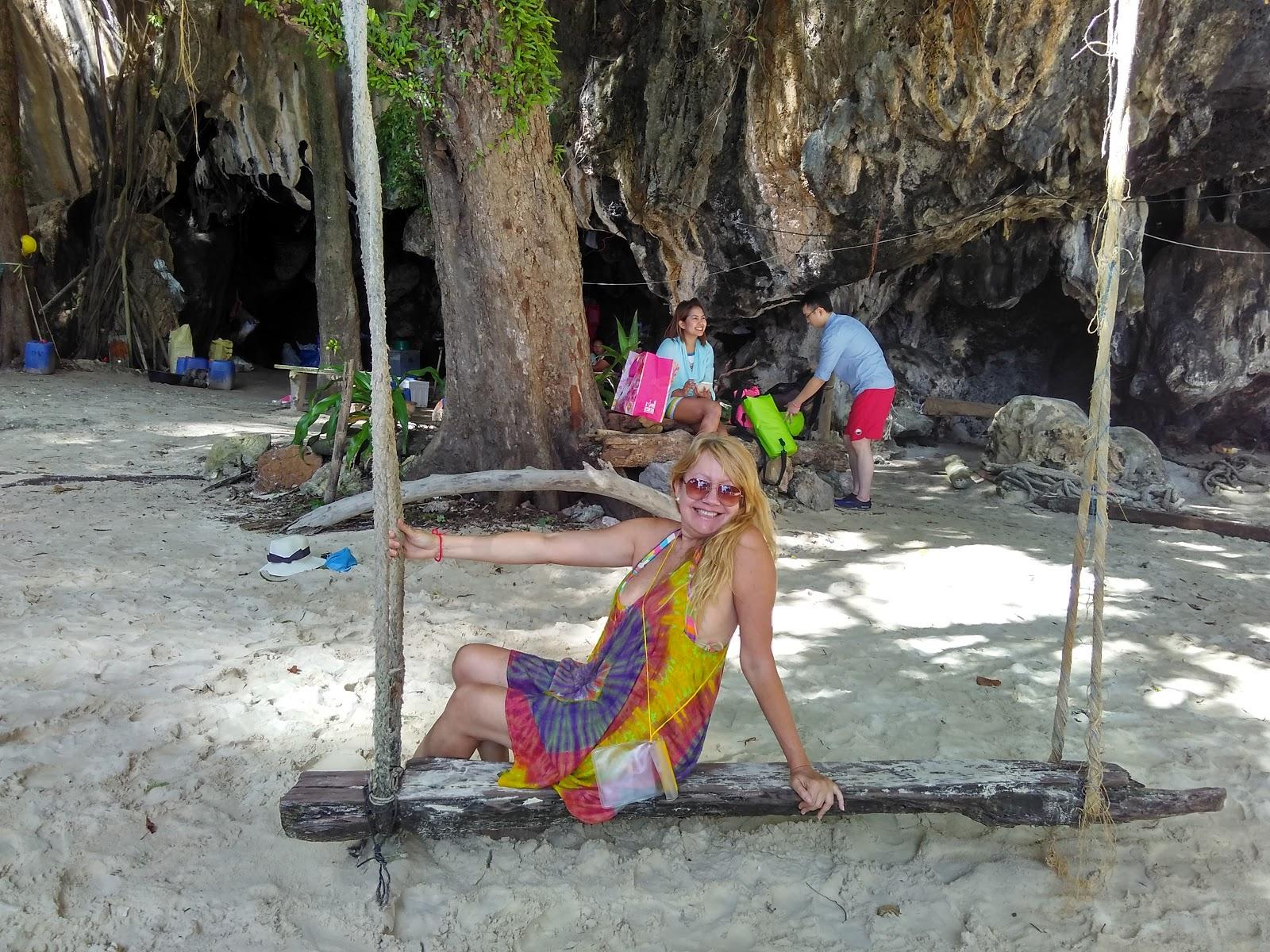 Olivia Garimpando Por Aí em Phi Phi, na Tailândia
