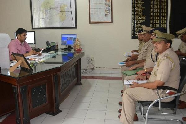 अपराध रोकने के लिए पुलिस अधीक्षक ने अधिकारियों संग बैठक की
