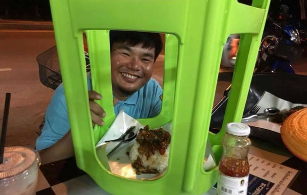 Unik, Warung Makan Pinggir Jalan Ini Sajikan Makanan Pakai Peralatan Rumah Tangga