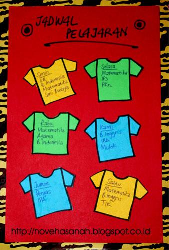 terakhir adalah menempelkan dengan lem semua t-shirt dan mengatur posisinya sesuai selera. Lalu menuliskan jadwal pelajaran pada t-shirt-t-shirt itu. sangat mudah sekali kan?