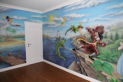 Malowanie na ścianie obrazu w pokoju chłopca, motyw z Piotrusia Pana. Wrszawa