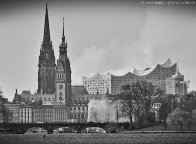 Hamburger Bauwerke: Rathaus, Elbphilharmonie und St.Nikolai auf einem Bild